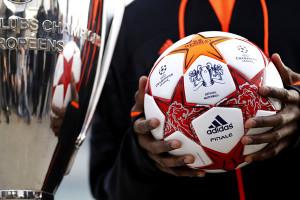 Le ballon de la finale de la Ligue des Champions 2011 à côté de la Coupe
